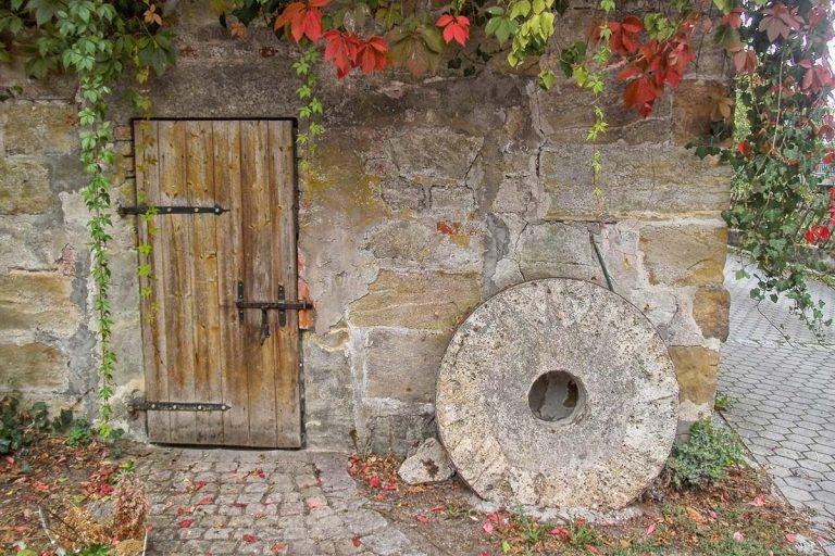 Holztür an der Mühle Altenplos
