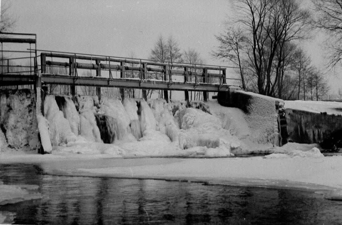 Das Wehr der Hölzleinsmühle im Winter 1955