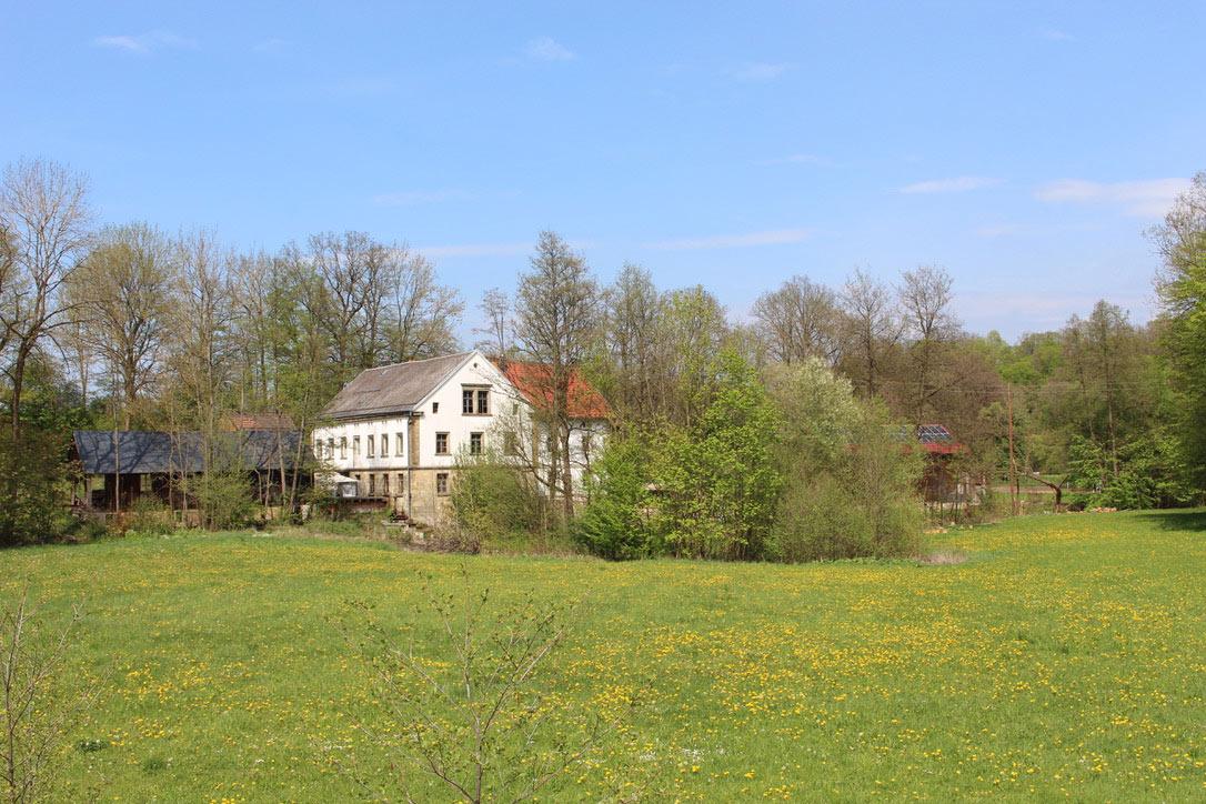 Die Bruckmühle in der Landschaft