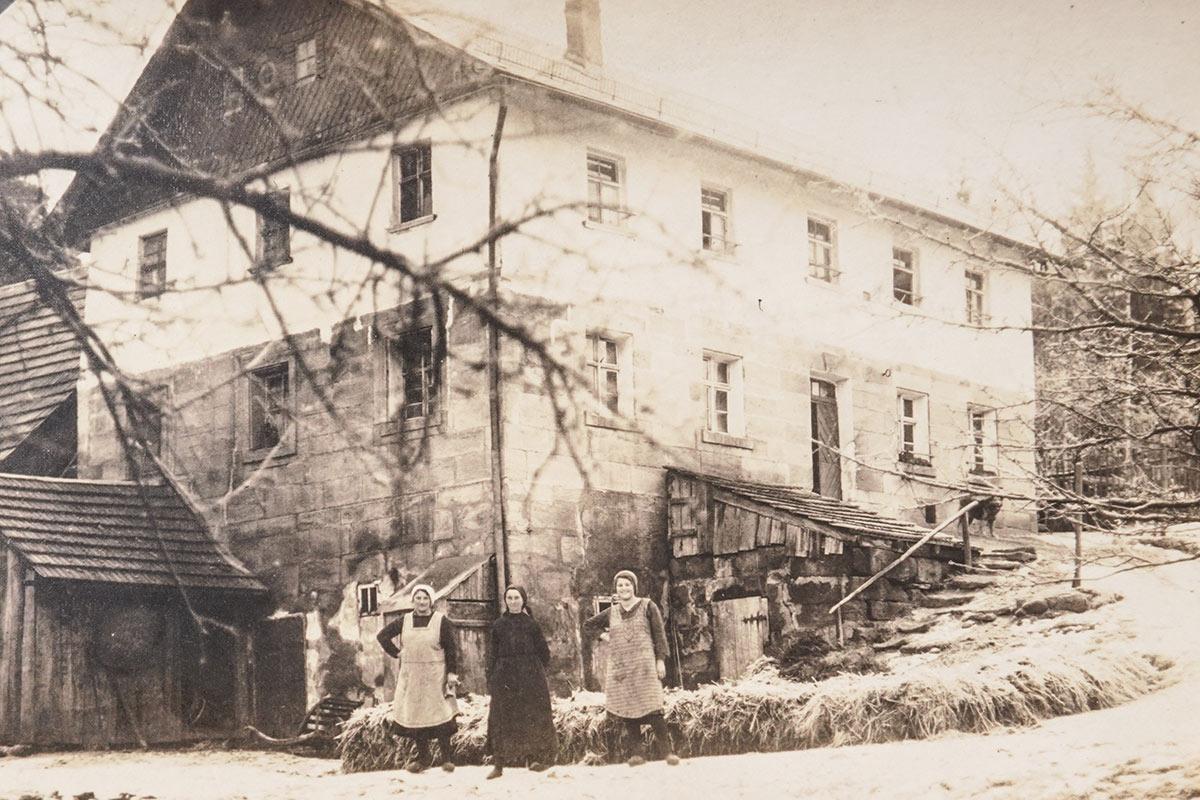 Die Neumühle vor dem Brand zwischen 1920 und 1930 mit Katharina Inzelsberger, Mutter und Schwester