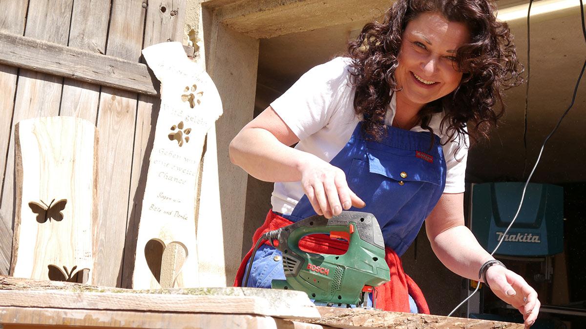 Sandra Neuner in der Holzwerkstatt