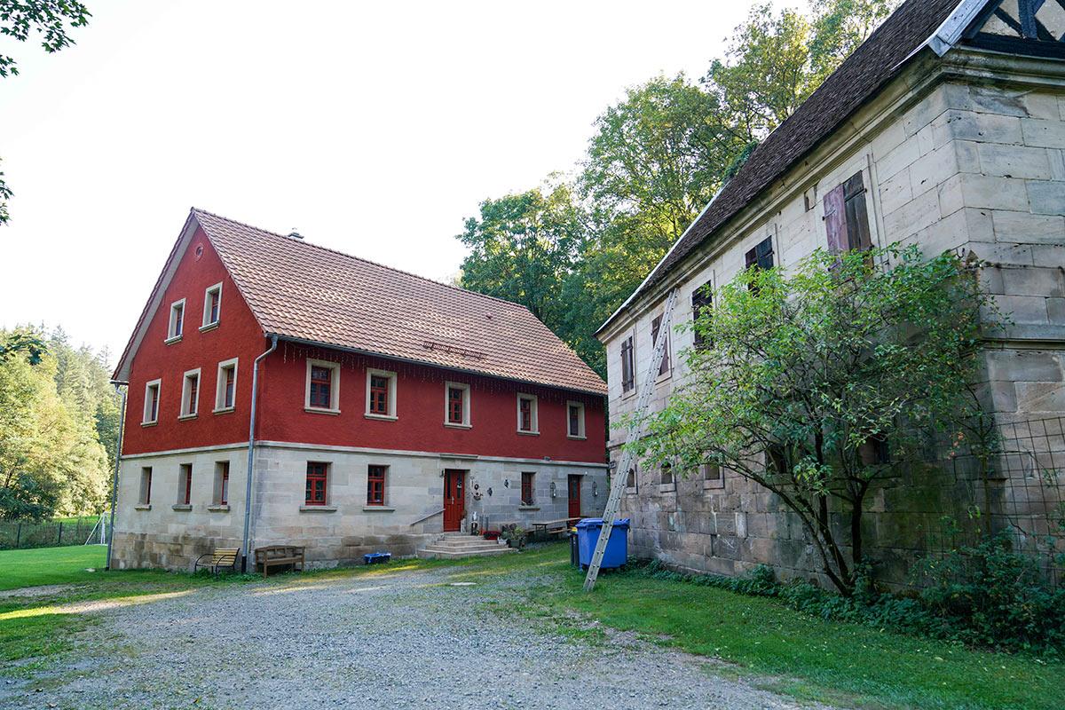 Das Wohnhaus der Eimersmühle nach der Sanierung (im Hintergrund)