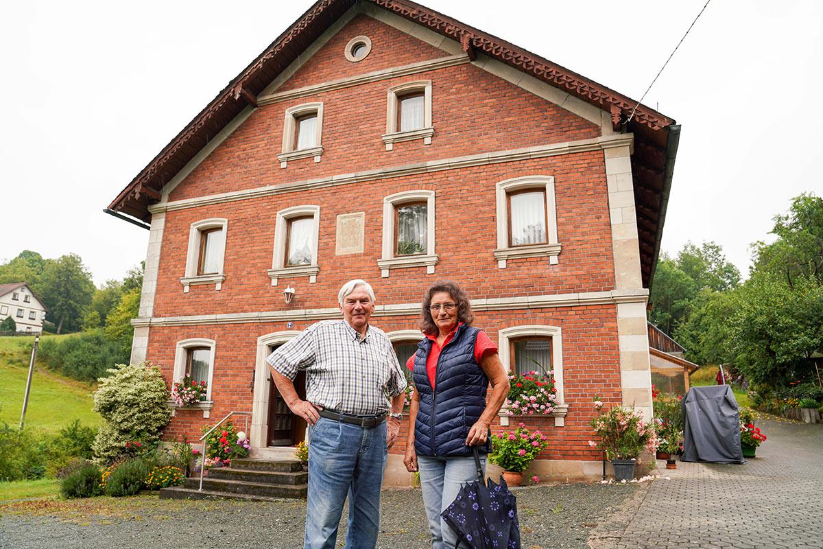 Werner und Monika Keller vor der Schlehenmühle